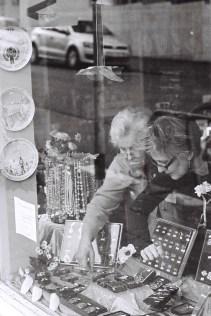 Verkäuferinnen in einem Schmuckgeschäft, Reykjavik