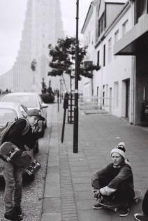skatende Kinder vor der Hallgrímskirkja