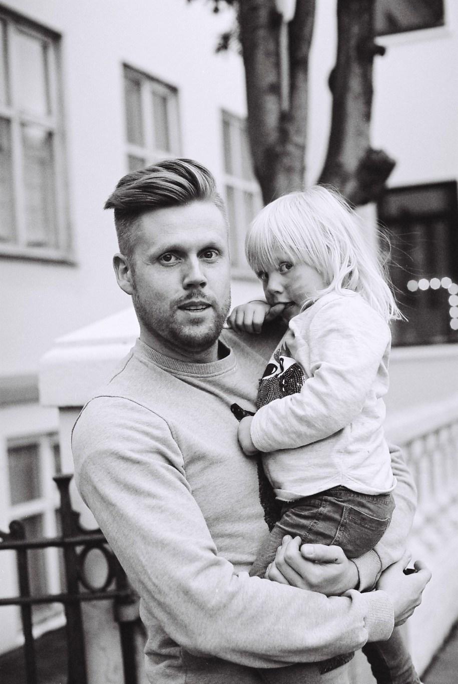 Vater mit Kind in der Skólavörðustígur, Reykjavik