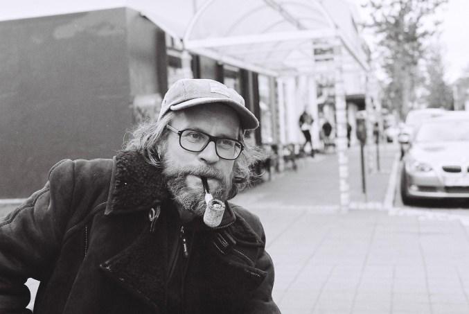 Mann aus Finnland in der Haupteinkaufsstraße Reykjaviks